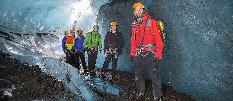 Menschen in einer Eishöhle in Island