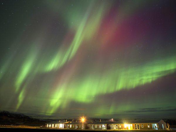 Nordlichter über dem Hotel Eldhestar in Island