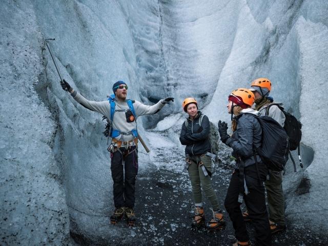 Besucher in einer Eishöhle am Gletscher Vatnajökull