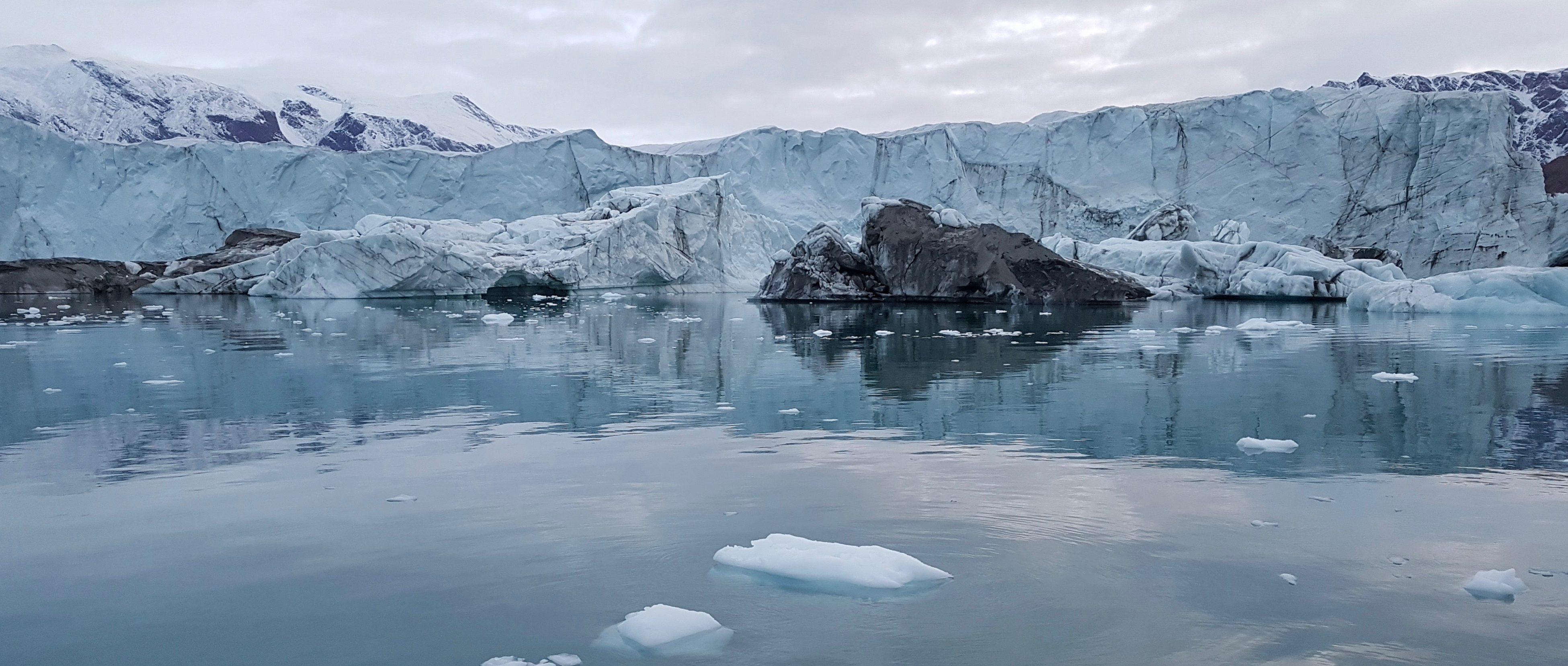 treibende Eisblöcke, kalbende Gletscher im Scoresbysund in Grönland