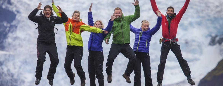Reisegruppe in Island springt fröhlich in die Luft