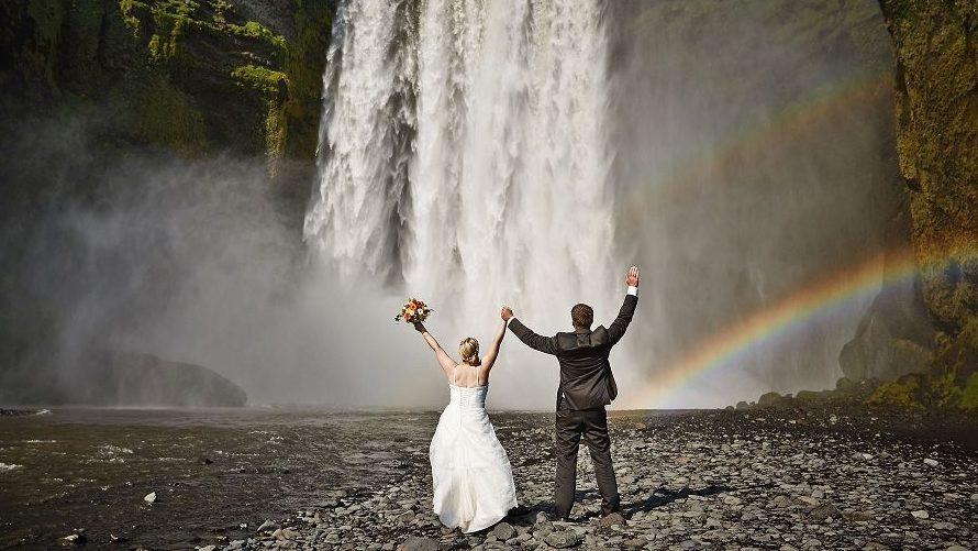 Hochzeit an einem Wasserfall