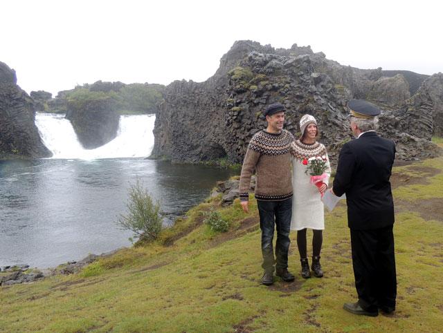 Trauung am Hjalparfoss, Heiraten in Island