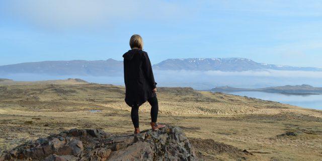 Walfjord in Westisland - Reisende schaut in die Ferne