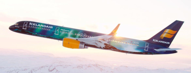 Icelandair Flugzeug über Island
