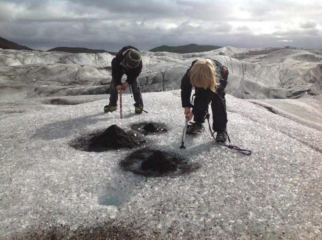 Kinder in Island auf Schatzsuche im Eis