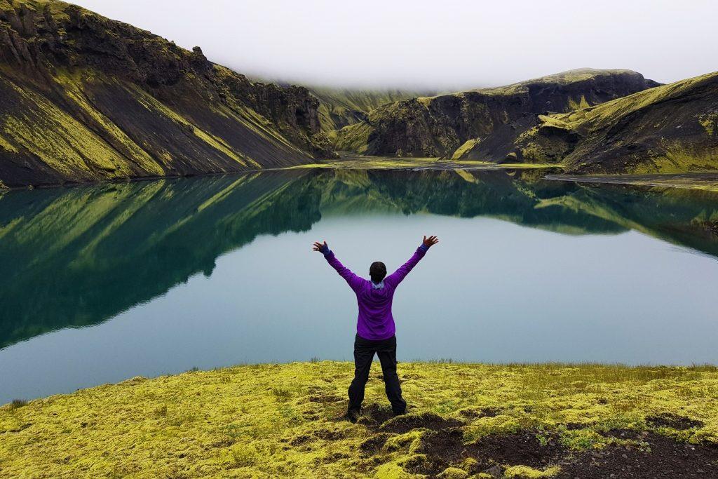Frau am See in Island