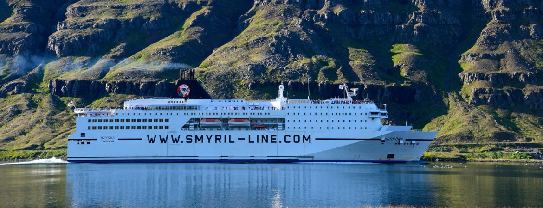 Fähre der Smyril Line in einem Fjord in Island