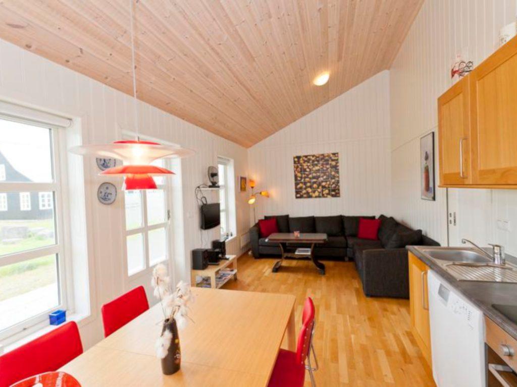 Island-Ferienhaus: Wohnraum mit Küche