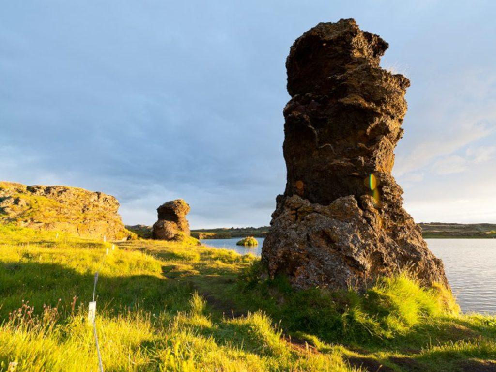 Versteinerte Trolle am See in Island