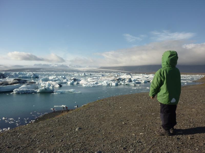 Kind steht an der Gletscherlagune