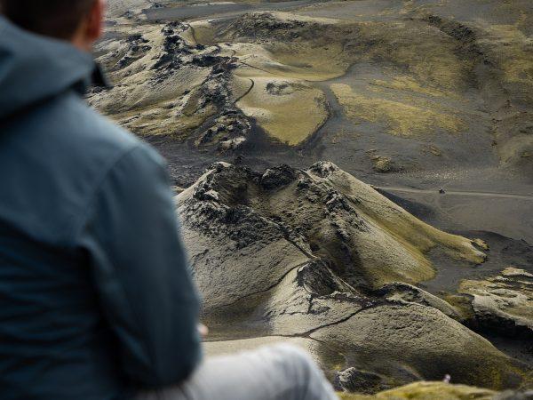 Reisender betrachtet die Kraterreihe von Laki
