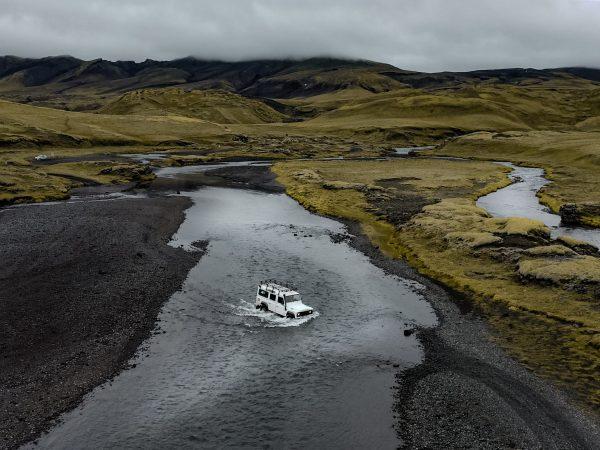 4x4 Jeep durchquert einen Fluss in Islands Hochland