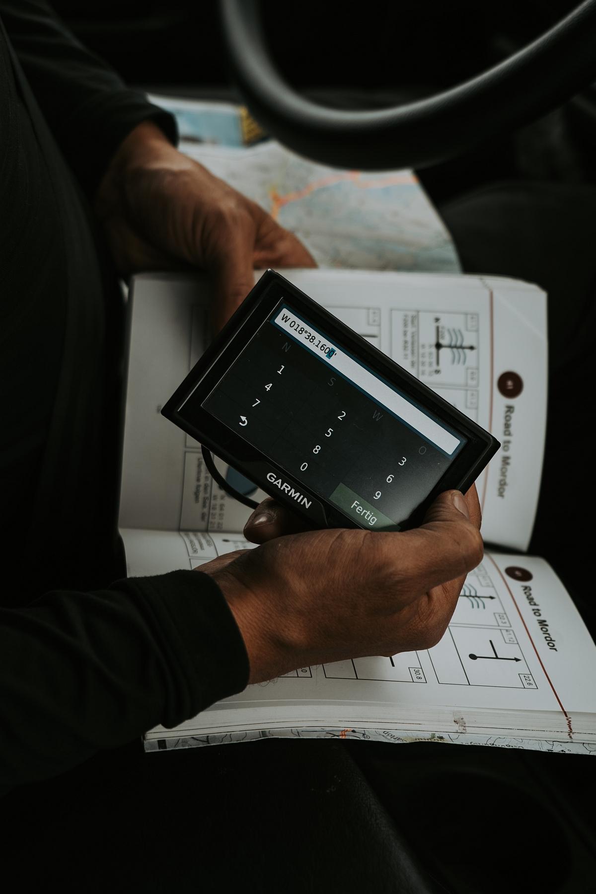 Reisender mit GPS Gerät bei einer Islandreise