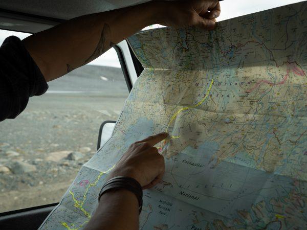 Reisender liest Islandkarte