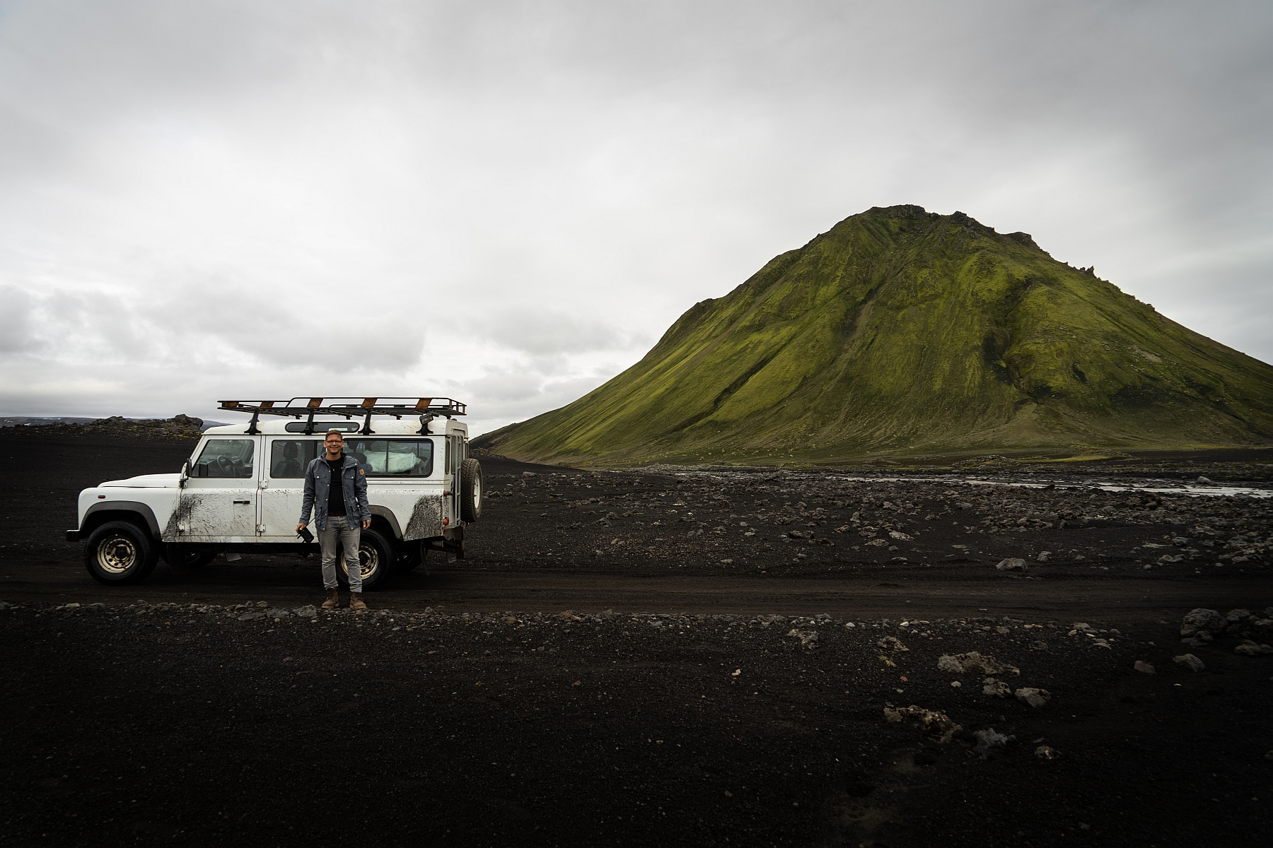 Landrover Defender Jeep vor dem Maelifell in Islands Hochland