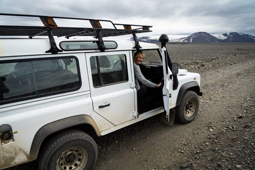 Landrover Defender Jeep, Reisende schaut heraus