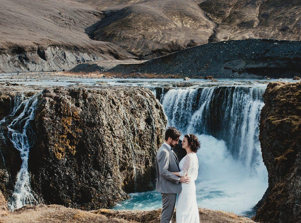 Hochzeitspaar in Island am Wasserfall