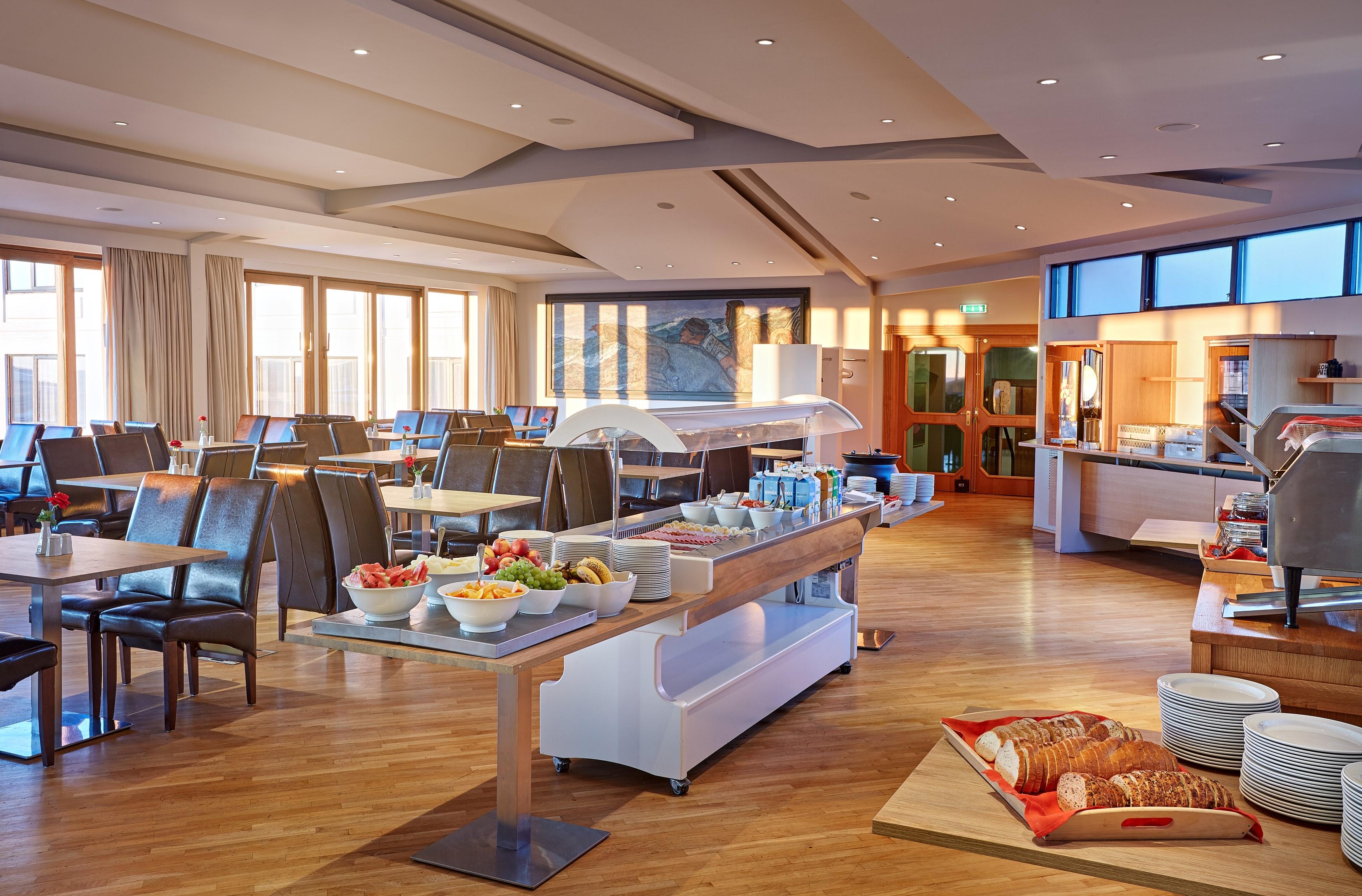 Frühstücksraum mit Buffet im Hotel Örk in Südisland