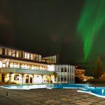 Nordlichter am Himmel und Aussenansicht des Hotel Örk in Südisland