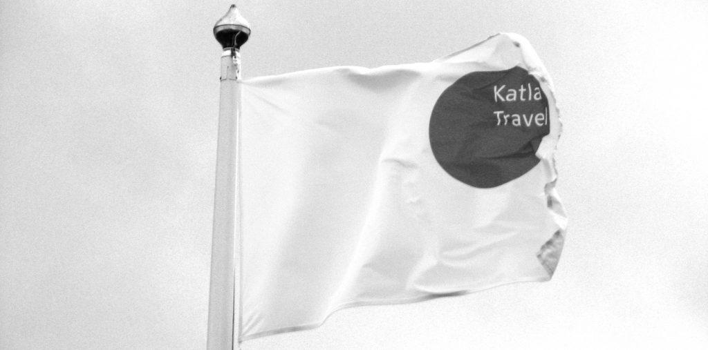 Flagge Katla Travel mit Logo