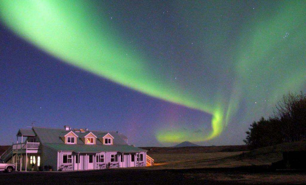 Nordlichter über Hotel Laekur in Südisland