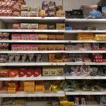 Süßigkeiten in einem isländischen Supermarkt-Regal