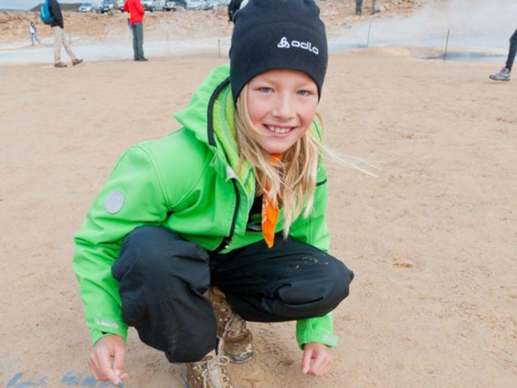 Spielendes Kind bei den Schlammquellen von Námaskarð in Island