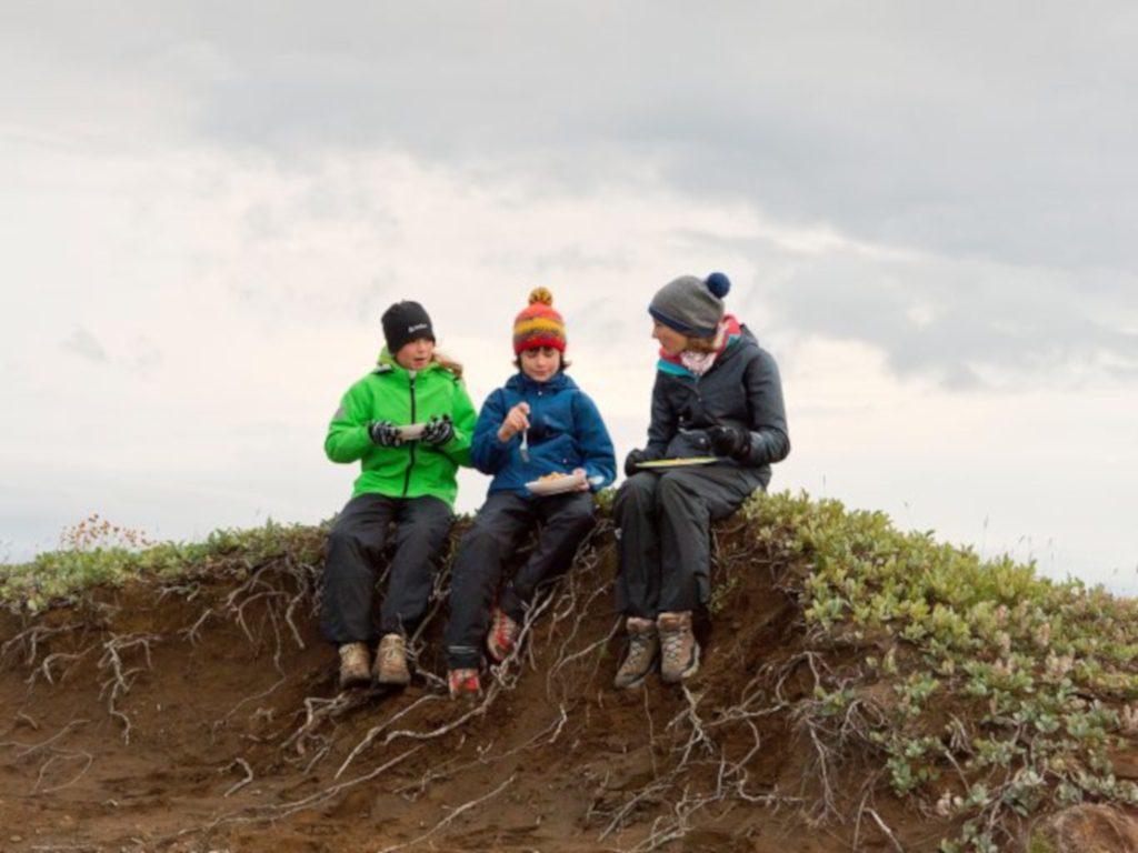 Kinder auf Familienreise in Island machen Picknick