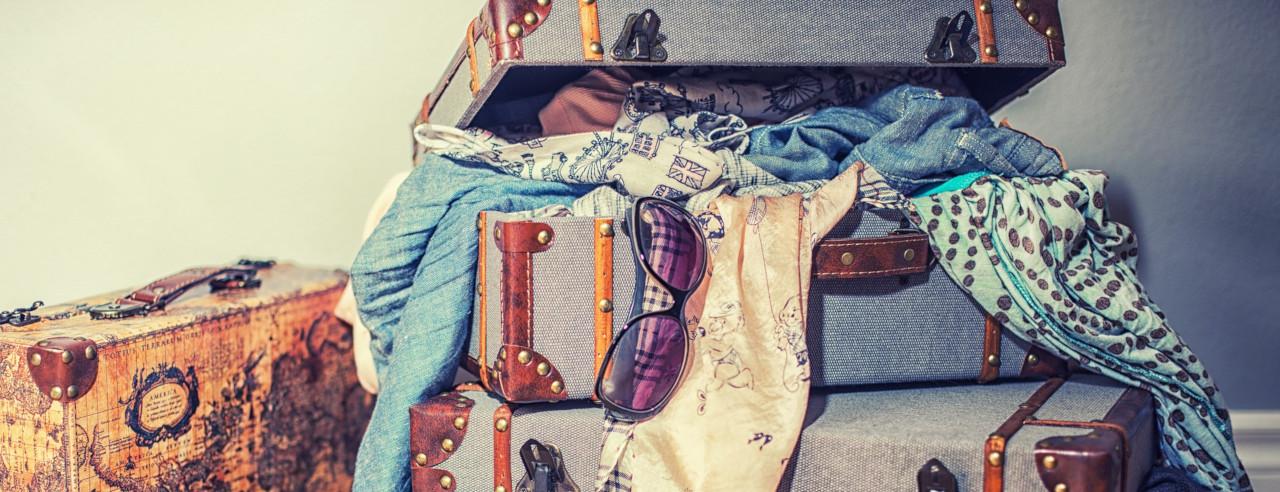 Gepackte Koffer mit Kleidung für Island