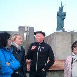 Reiseleiter Thomas erzählt über die Geschichte von Reykjavik