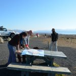 Reiseleiter erklärt anhand Islandkarte die Umgebung