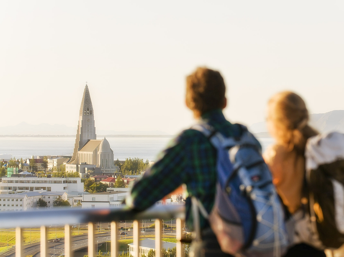 Zwei Reisende haben einen Ausblick auf die Hallgrimskirche in Reykjavik in Island