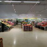 Innenansicht mit Obst- und Gemüseabteilung in einem Bonus-Supermarkt in Island