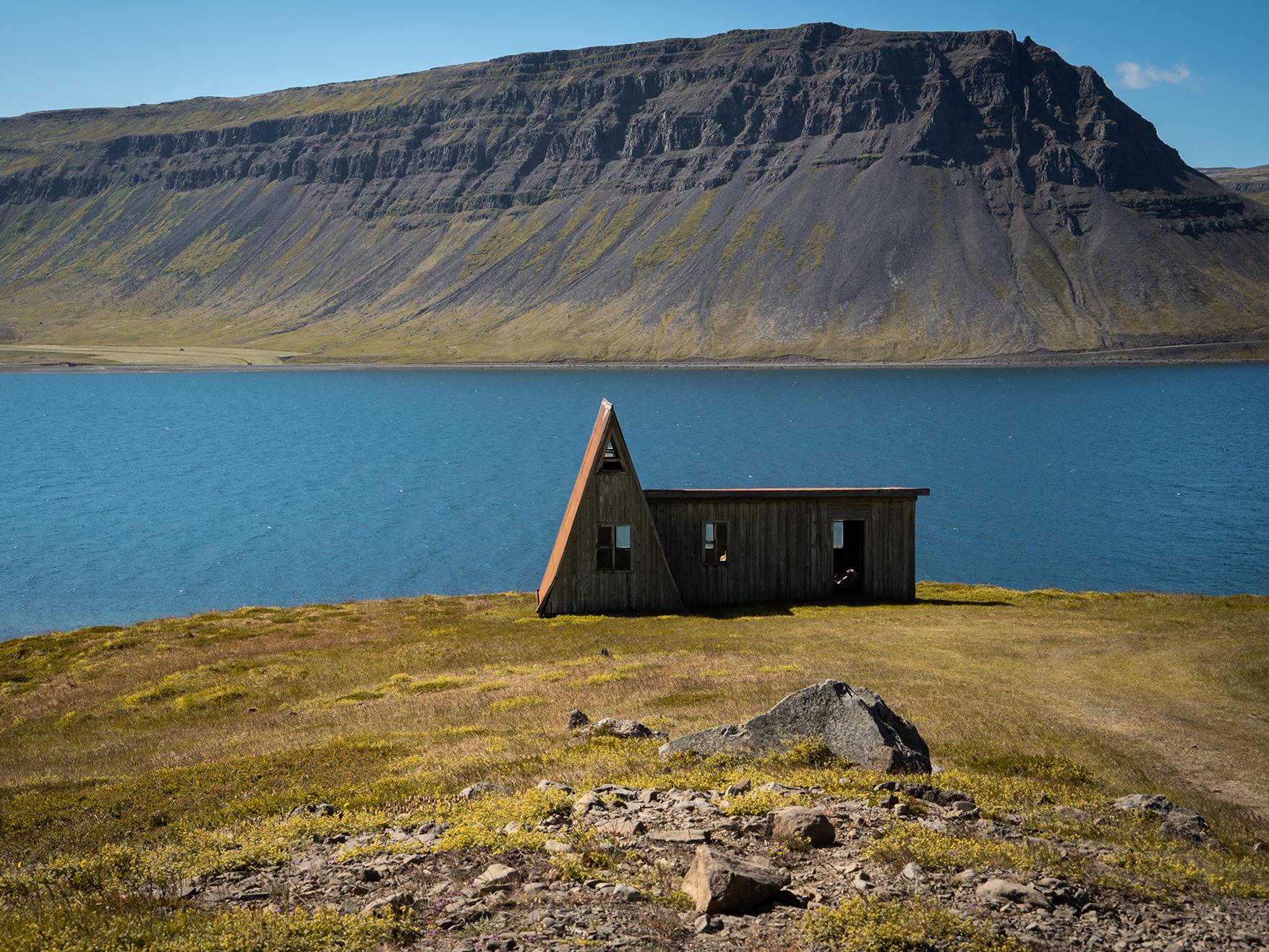 alte Höfe und Scheunen in den Fjordlandschaften in Island