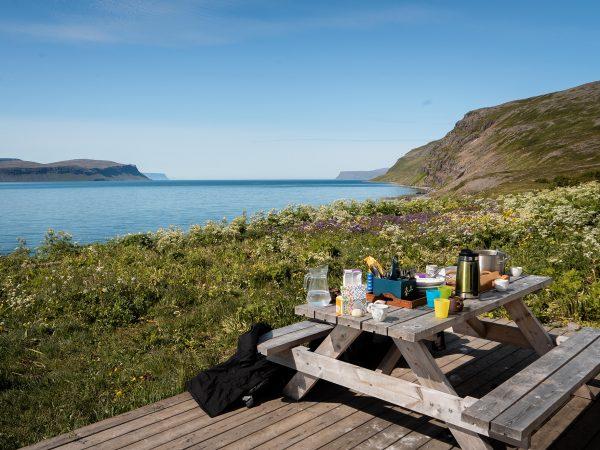 Picknick-Tisch in den Westfjorden von Island