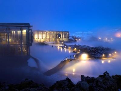 Blaue Lagune in Island bei Abend