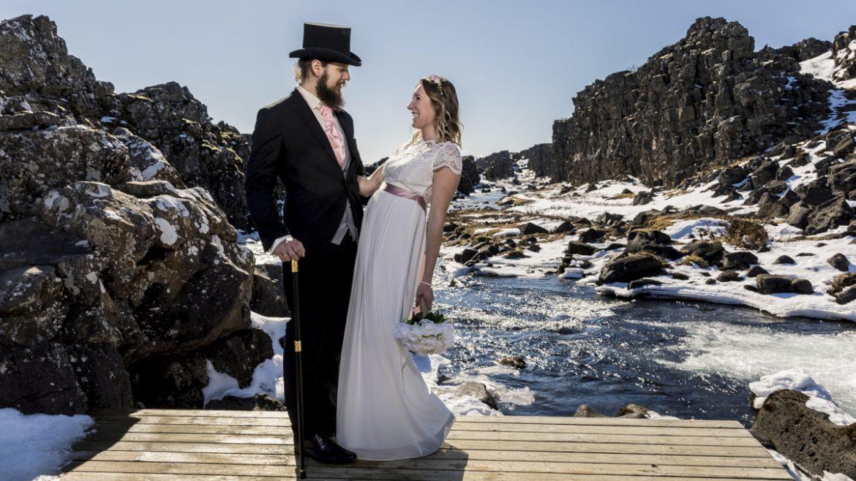 Speziell gekleidetes Vintage-Hochzeitspaar vor isländischer Landschaft