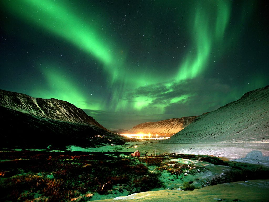 Nordlichter über isländischer Bucht in einer Winter-Nacht