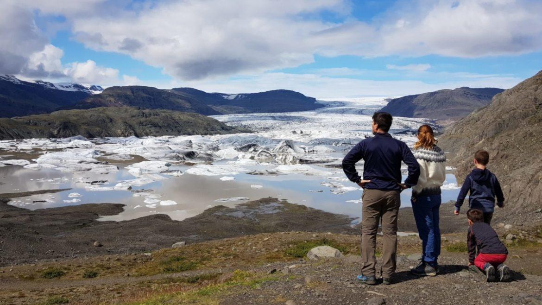 Eine Familie betrachtet eine Gletscherlagune in Island