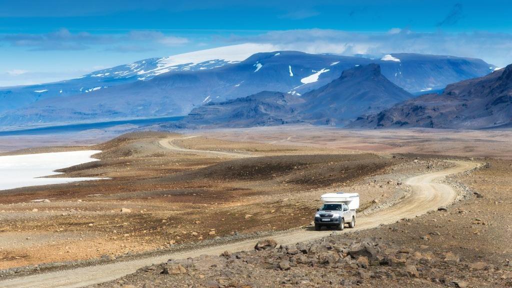 Camper auf einer Strecke im Hochland von Island