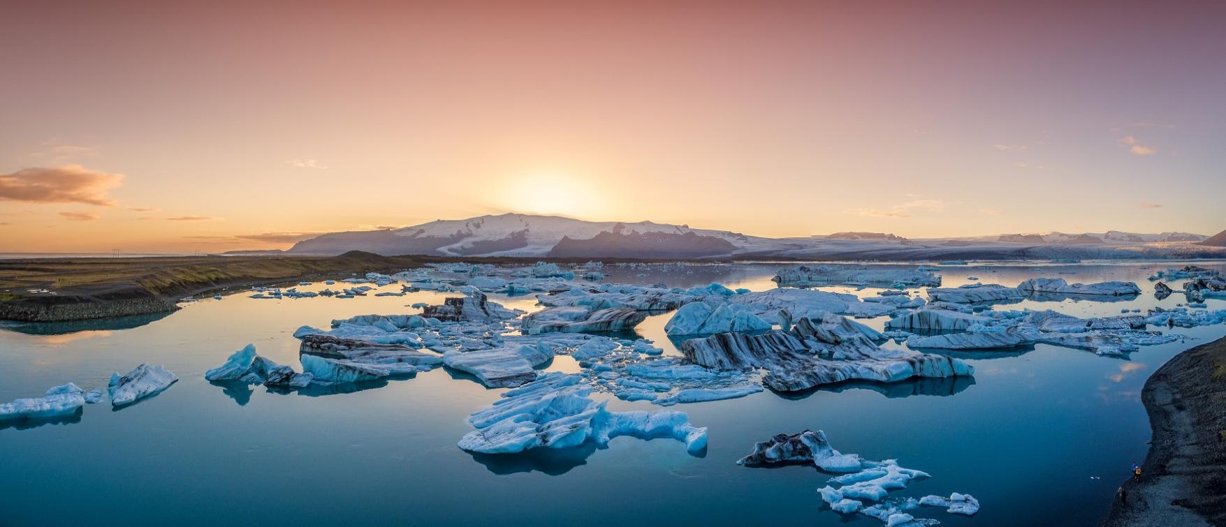 Mitternachtssonne über der Gletscherlagune