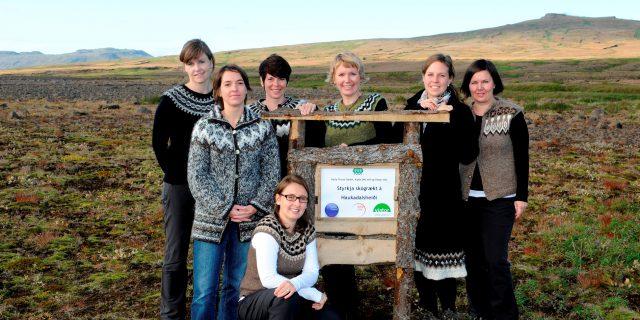 Katla Team vor dem Sponsoring Schild im Aufforstungsprojekt