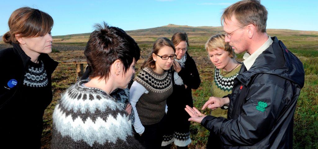 Katla Team erhält Infos über das Aufforstungsprojekt