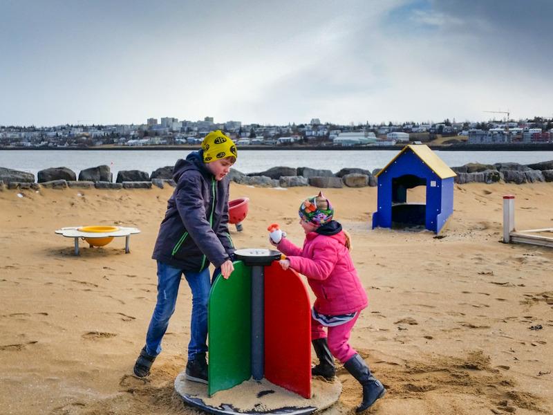Kinder auf dem Spielplatz bei Akranes in Island