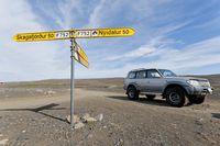 Geländewagen an Straßenkreuzung in Island