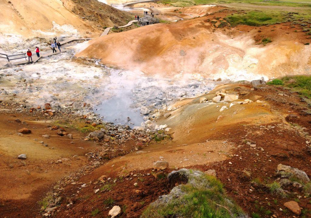 brodelnde Schlammquellen bei Krysuvik auf der Reykjanes Halbinsel, Schwefelgeruch