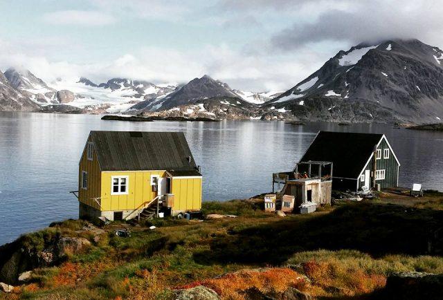 farbige Häuser bei Kulusuk in Ostgrönland