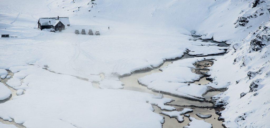 Hochlandlandschaft mit Schnee und Hütte