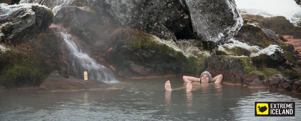 Mann entspannt sich in heißer Quelle in Landmannlaugar